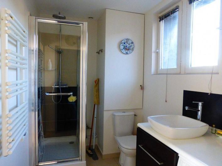 Location de vacances - Appartement à Villerville - salle d eau avec douche et machine a laver acces des 2 chambres independant