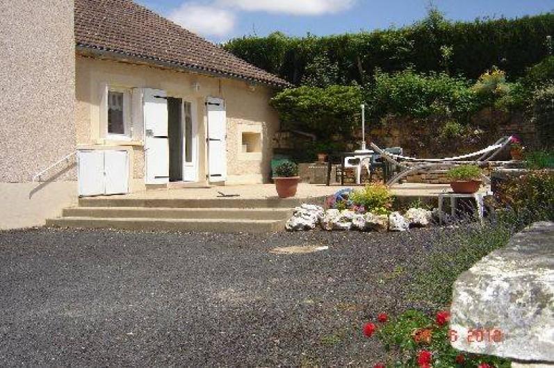 Location de vacances - Villa à Azerat - entrée de la maison