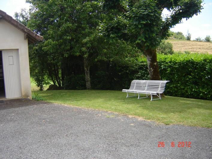 Location de vacances - Villa à Azerat - Extérieur où il y a un barnum afin de prendre les repas.
