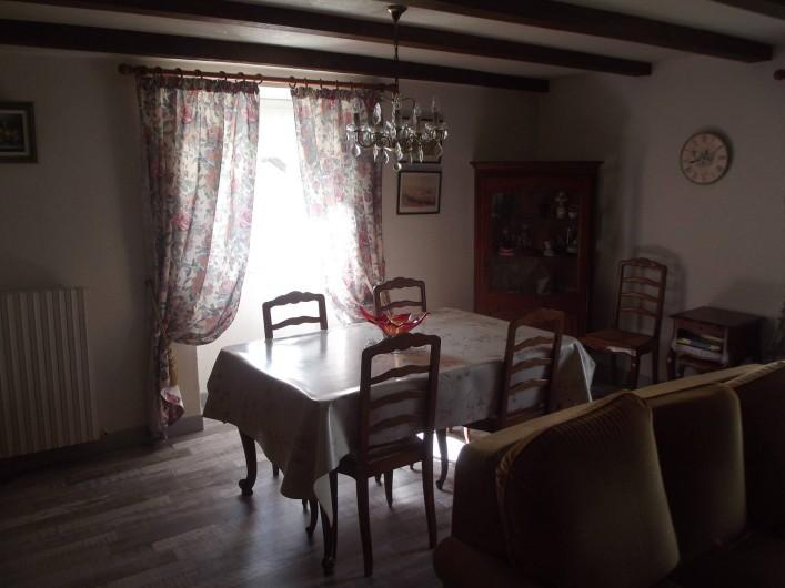 Location de vacances - Villa à Azerat - Salle à manger - salon