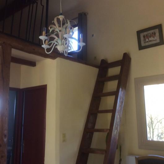 Location de vacances - Chambre d'hôtes à Villelaure - l'accès à la mezzanine par échelle de meunier