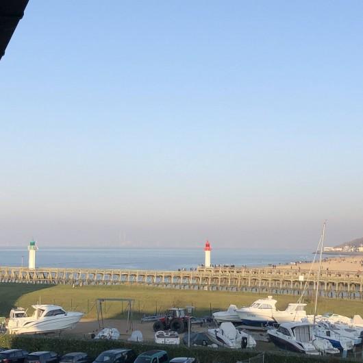 Location de vacances - Studio à Port-Deauville - Vue panoramique sur la plage de Trouville et sur son Casino
