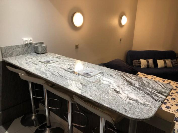 Location de vacances - Studio à Port-Deauville - Grande table en granit