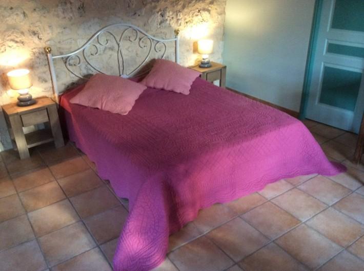 Location de vacances - Gîte à Dondas - chambre amande douce lit 160 avec salle de bains douche et wc