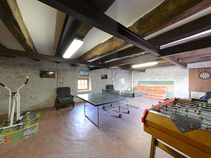 Location de vacances - Gîte à Dondas - salle de jeux avec ping pong baby foot ancien