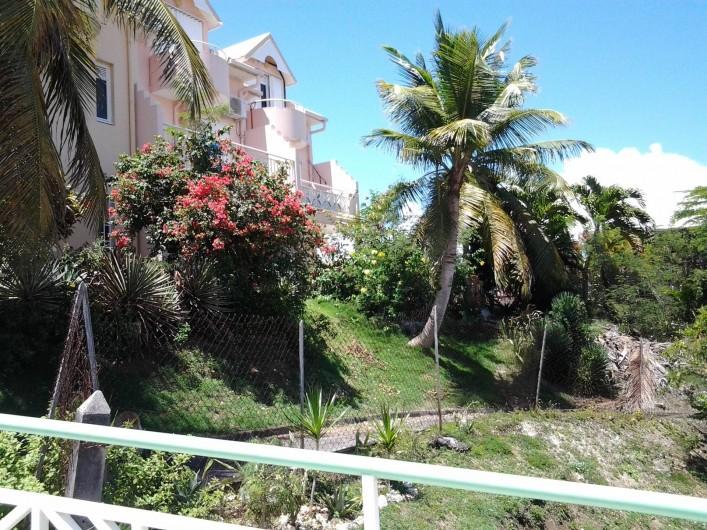 Location de vacances - Studio à Le Gosier - vue de la résidence très cal me, parking  privé.
