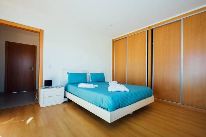 Location de vacances - Villa à São Martinho do Porto - Chambre rez-de-chaussée, accès personne à mobilité réduite, sdb