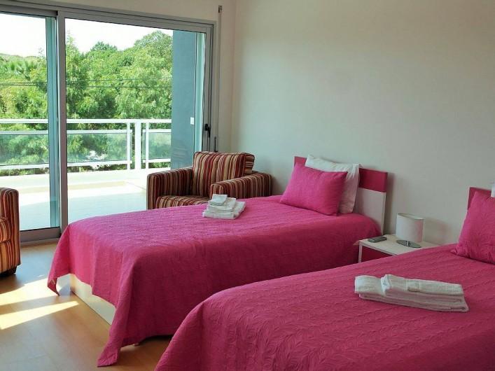Location de vacances - Villa à São Martinho do Porto - Chambre étage, 2 lits simples + 1 lit pliant + 1 lit bébé, sdd et terrasse