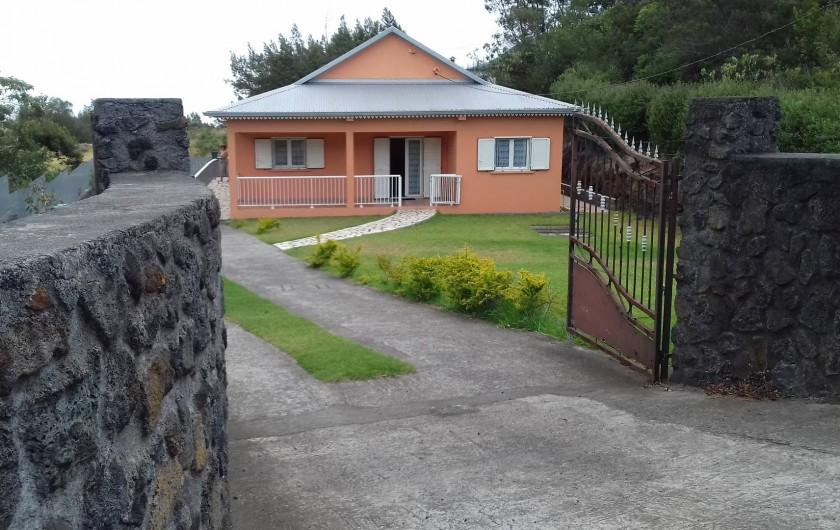 Location de vacances - Villa à La Plaine des Cafres - La maison vue de l'extérieur