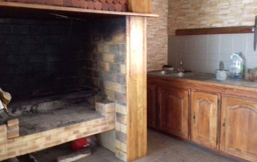 Location de vacances - Villa à La Plaine des Cafres - La cuisine au feu de bois avec évier
