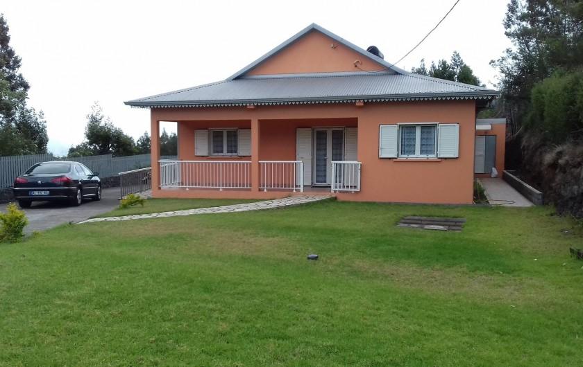 Location de vacances - Villa à La Plaine des Cafres - La devanture de la maison avec sa pelouse