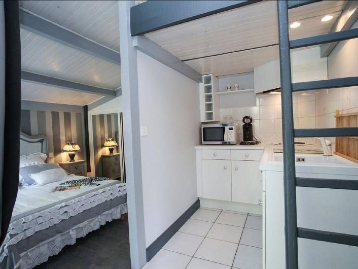 Location de vacances - Villa à Vezac - Chambre rez de jardin et sa  kitchenette.