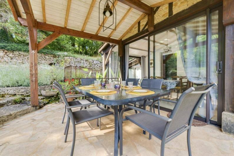 Location de vacances - Villa à Vezac - Terrasse couverte coté piscine