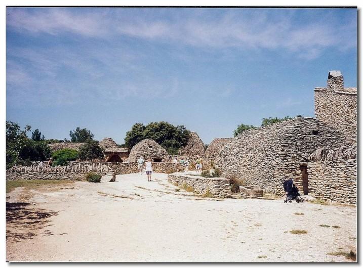 Location de vacances - Gîte à Mollégès - Le village des bories