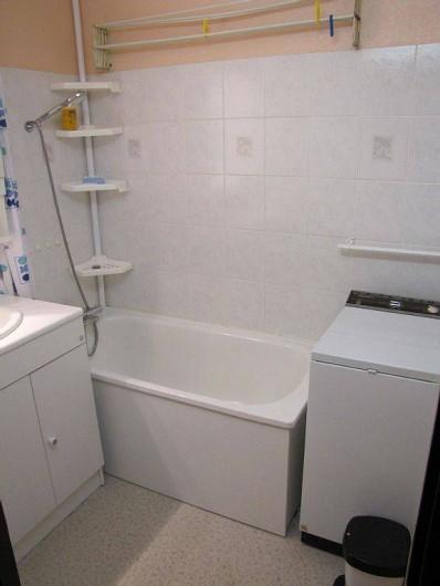 Location de vacances - Appartement à Les Menuires - salle de bain et machine à laver