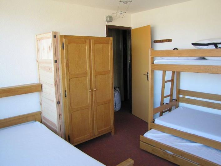 Location de vacances - Appartement à Les Menuires - chambre 4 couchages vue du balcon