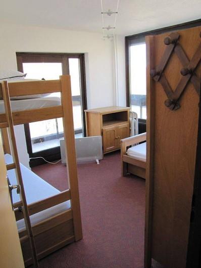 Location de vacances - Appartement à Les Menuires - chambre 4 couchages vue de l'entrée