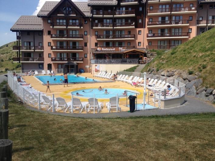 Location de vacances - Appartement à Valmeinier - Vue d'ensemble de la piscine