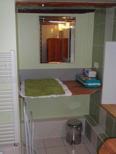 Location de vacances - Gîte à Orbey - Salle de bains - table à langer