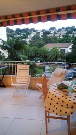 Location de vacances - Appartement à Cavalaire-sur-Mer - salle à manger extérieure ,et transats