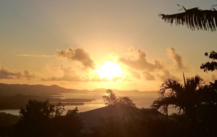 Location de vacances - Maison - Villa à Le Diamant - Levé de soleil, vue d'un angle de la terrasse!