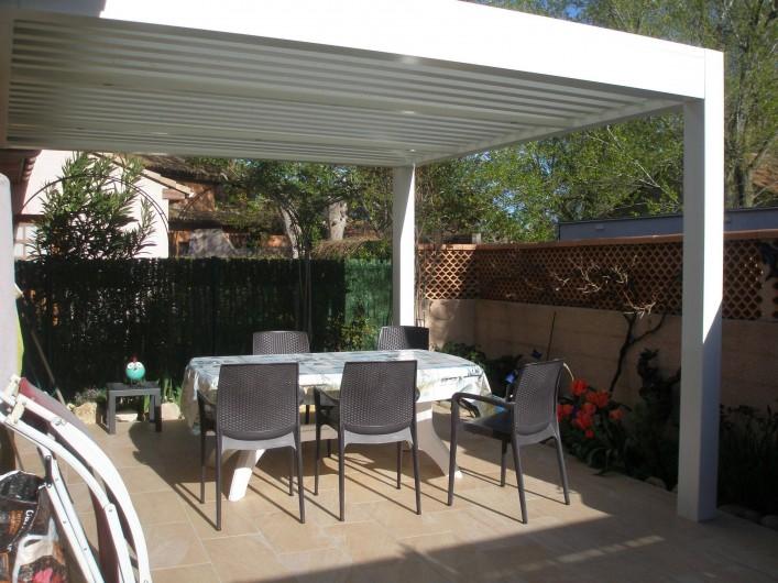 Location de vacances - Maison - Villa à Portiragnes Plage - terrasse arrière avec pergola bioclimatique