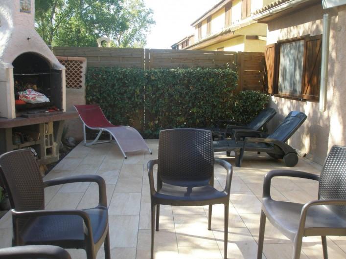 Location de vacances - Maison - Villa à Portiragnes Plage - terrasse arrière avec barbecue