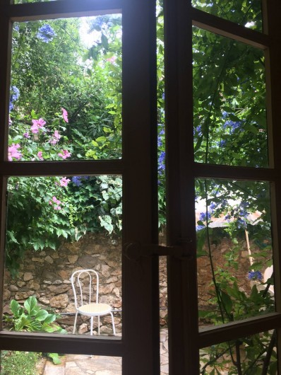 Location de vacances - Gîte à Montpeyroux - détail cuisine vers cour