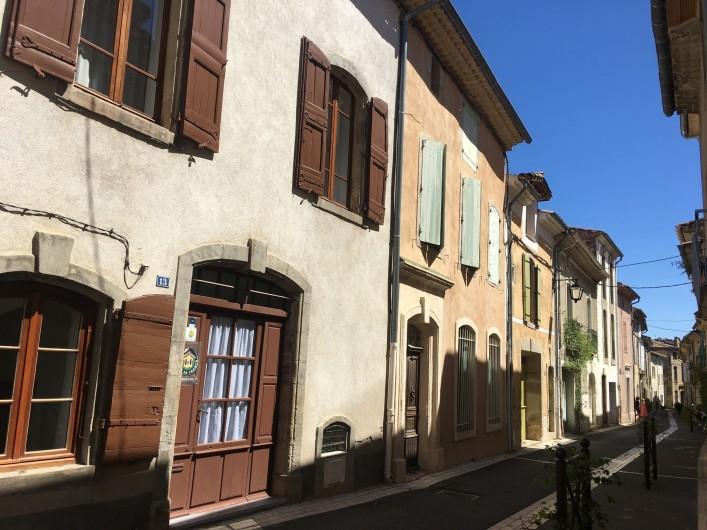 Location de vacances - Gîte à Montpeyroux - gîte et sa rue