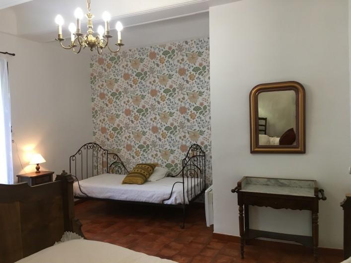 Location de vacances - Gîte à Montpeyroux - chambre deux lits une place