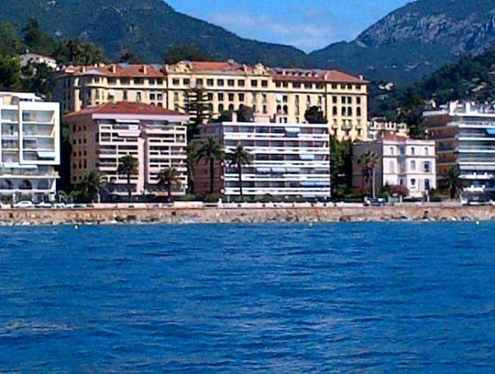 Location de vacances - Appartement à Menton - immeuble face mer