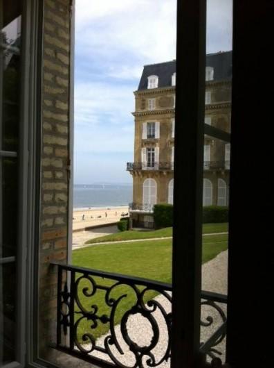 Location de vacances - Appartement à Trouville-sur-Mer - Fenêtre du séjour avec vue mer et terrasse