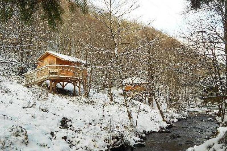 Location de vacances - Cabane dans les arbres à Grandfontaine - Cabanes en bord de ruisseau en hiver