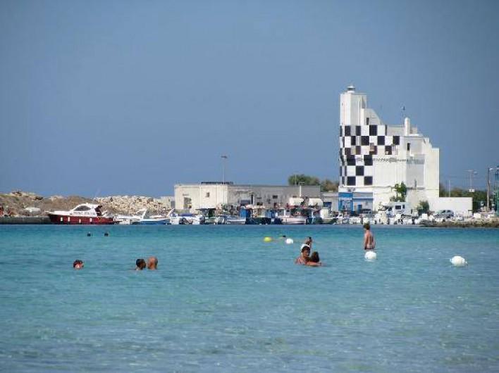 Location de vacances - Appartement à Torre San Giovanni - Le phare du port de Torre San Giovanni environ 1,5  km de l'appartement
