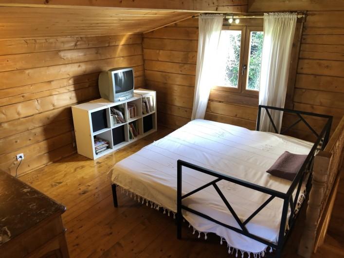 Location de vacances - Chalet à Saissac - Une chambre du bas.