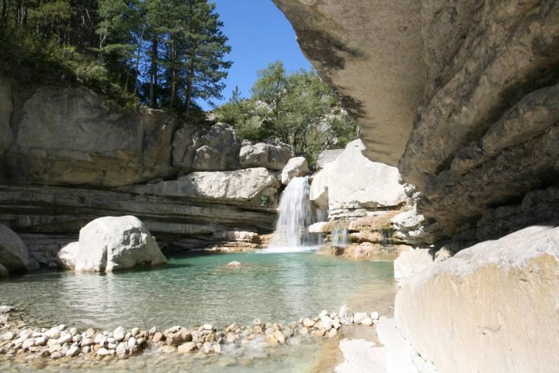 Location de vacances - Chalet à Veynes - baignade sous la cascade