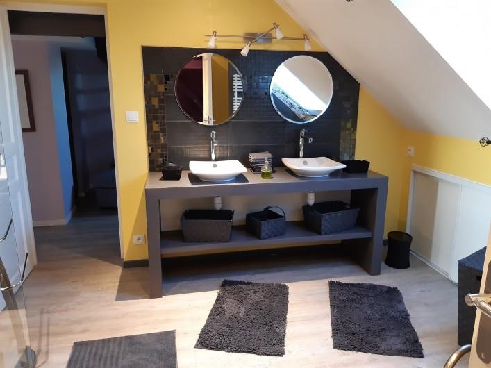 Location de vacances - Appartement à Beaune - Salle de douche avec double vasque et WC