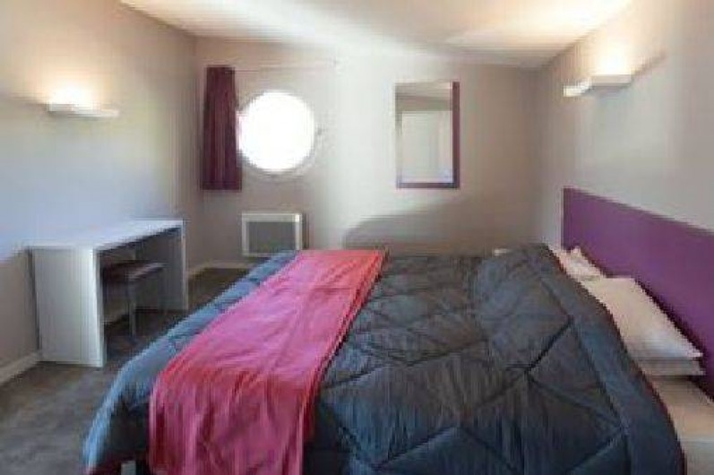 Location de vacances - Chalet à Menet - chambre spacieuse lit de 160x200