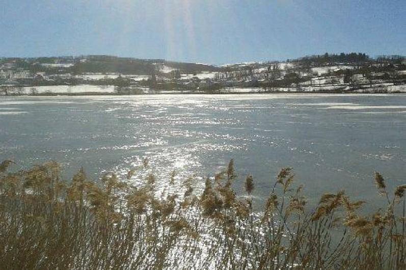 Location de vacances - Chalet à Menet - le lac en hiver
