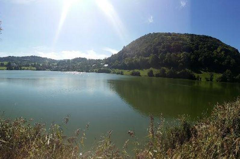 Location de vacances - Chalet à Menet - le lac en été, baignable avec une eau entre 25 et 31 degrés.