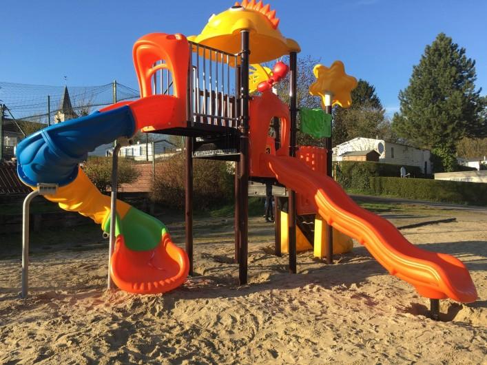 Location de vacances - Camping à Warlincourt-lès-Pas - nouveau jeux 2016 dans le parc de jeux