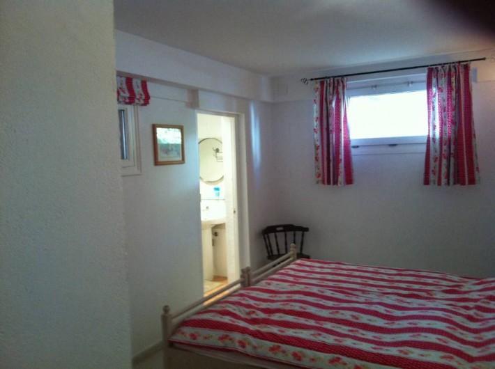 Location de vacances - Villa à Tamariu - Chambre en demisol avec lits jumeaux et salle de douche complète