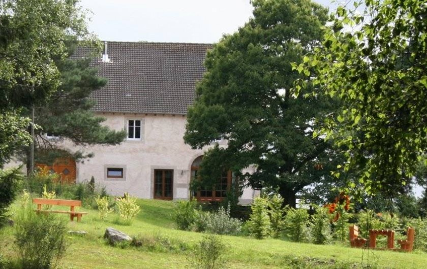 Location de vacances - Chambre d'hôtes à Le Clerjus - Le jardin d'agrément avec bancs et table de pique nique