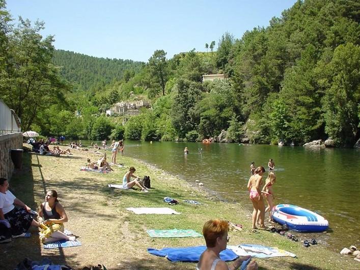 Location de vacances - Appartement à Bessèges - Baignade à la rivière LA CEZE plage aménagée jouxtant le  camping municipal
