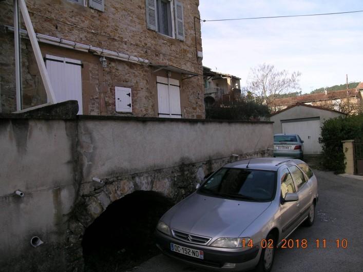 Location de vacances - Appartement à Bessèges - Vue de l'appartement (volets blancs)