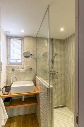 Location de vacances - Gîte à Bourg sur Gironde - salle de bains en bas