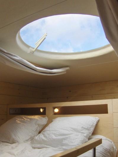 Location de vacances - Insolite à La Chapelle-Blanche-Saint-Martin - Carré d'étoiles le lit 160x200 cm accessible par une échelle