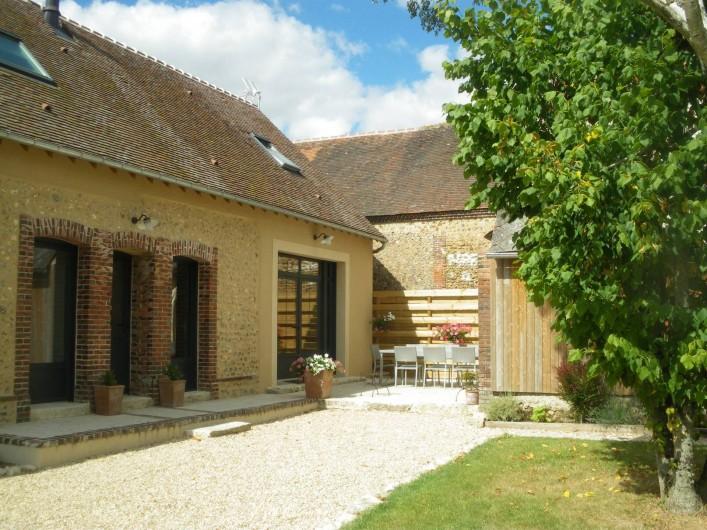 Location de vacances - Gîte à Chauffours - Façade du gîte avec la terrasse