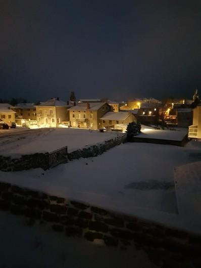 Location de vacances - Gîte à Saint-Jeures - Vue sur le village en hivers depuis le gite
