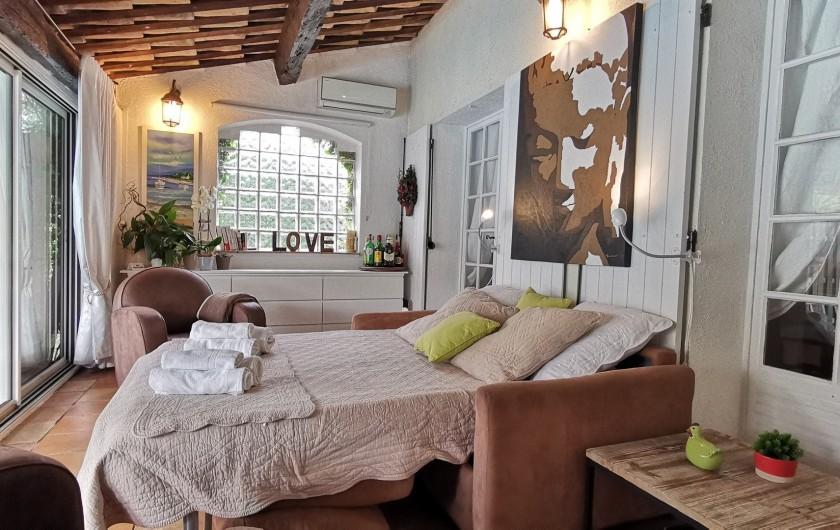 Location de vacances - Villa à Le Cannet - CHAMBRE REZ DE JARDIN Canapé lit très confortable 140